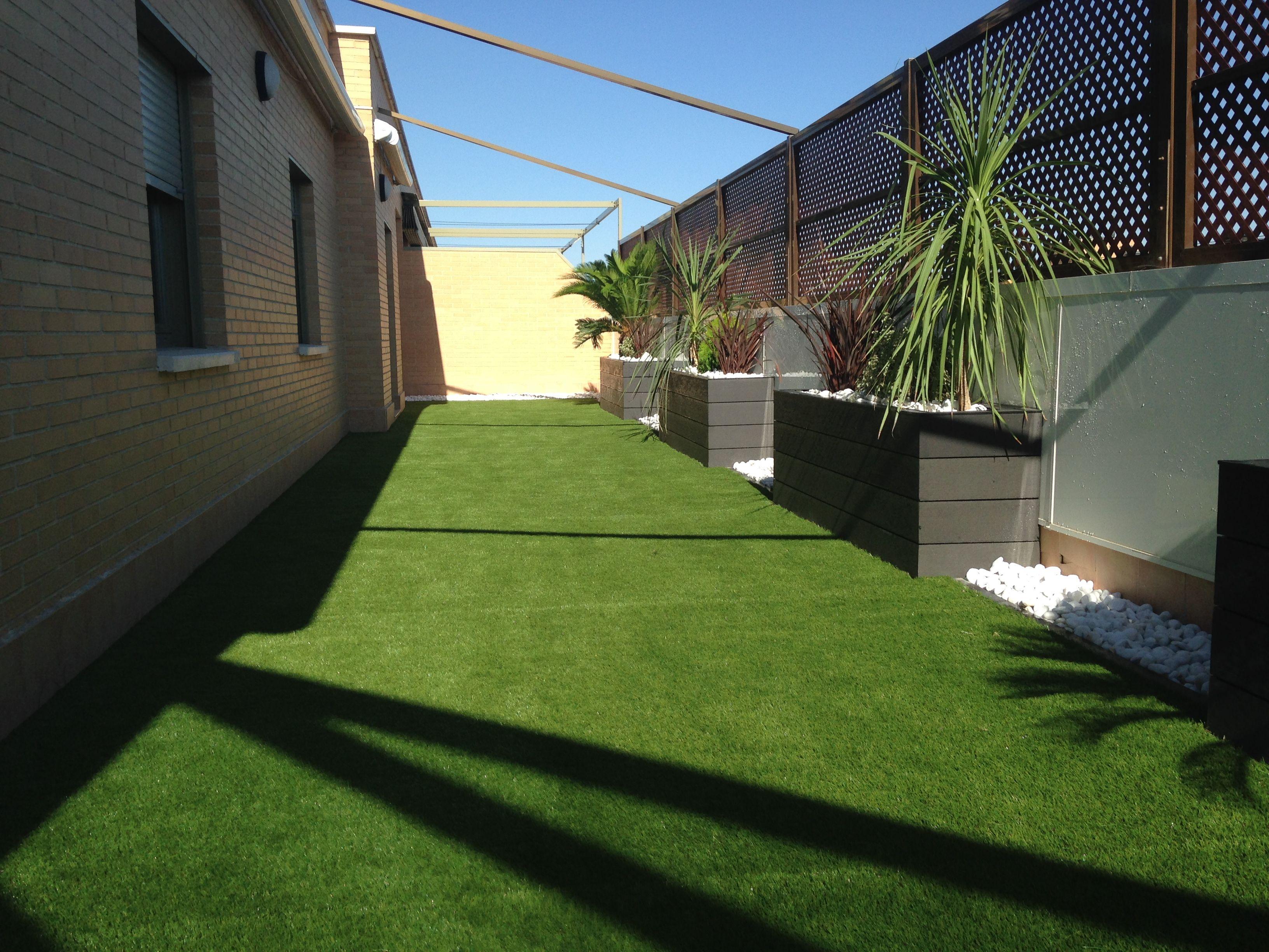 Dise o de terraza con c sped artificial y tarima sint tica - Tarima para terraza ...