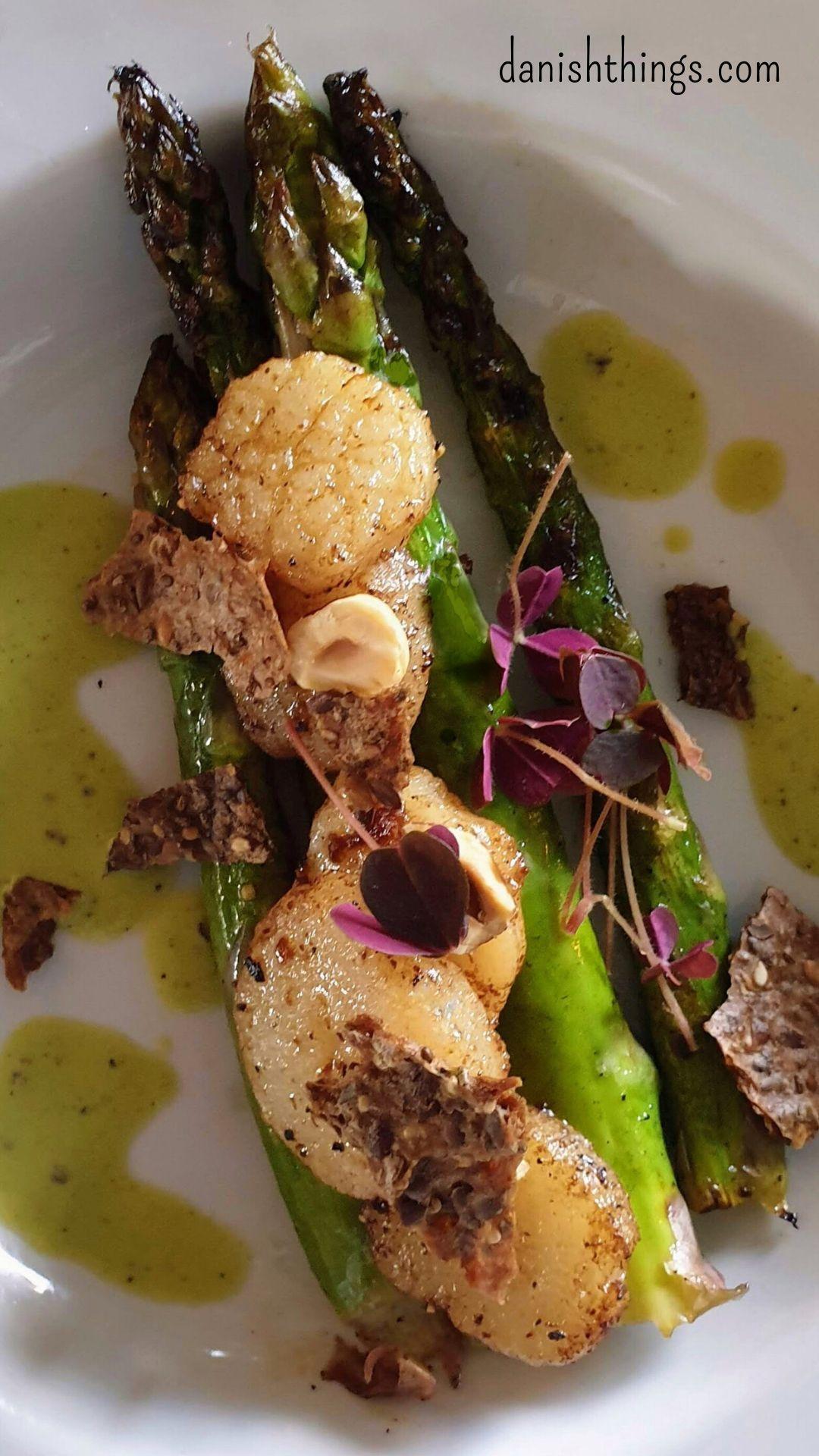 Grillede asparges med kammuslinger, ærtesauce, hasselnødder og rugbrødschips - Danish Things