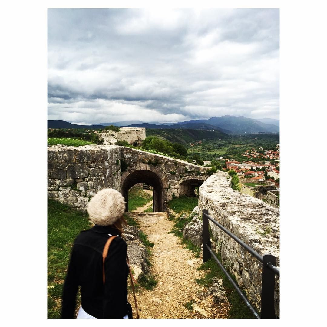 Throwback to exploring medieval forts with friends (Do we ever really grow up? ). #Knin #DalmatiaMyWay
