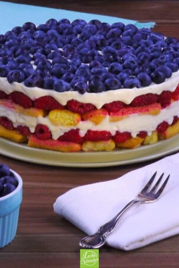 Augenschmaus: luftig-lockere Löffelbiskuit-Torte mit frischen Beeren.