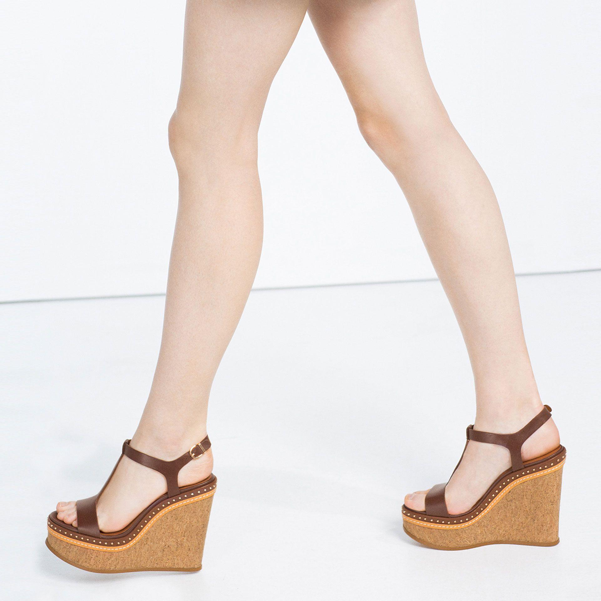 Skorzane Buty Na Koturnie Nabijane Niewielkimi Cwiekami Zobacz Wiecej Kobieta Nowosci Leather Wedges Shoes Studded Leather