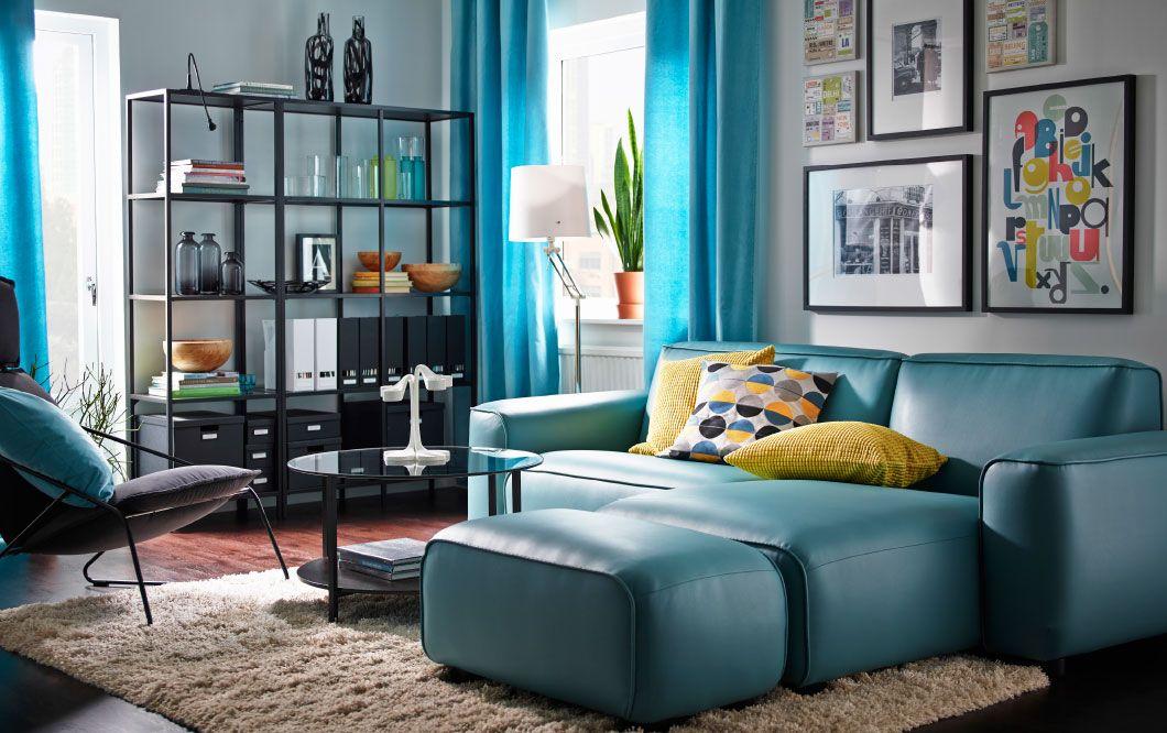 Ein Wohnzimmer mit DAGARN 2er-Sofa mit Récamiere mit Bezug - wohnzimmer schwarz turkis