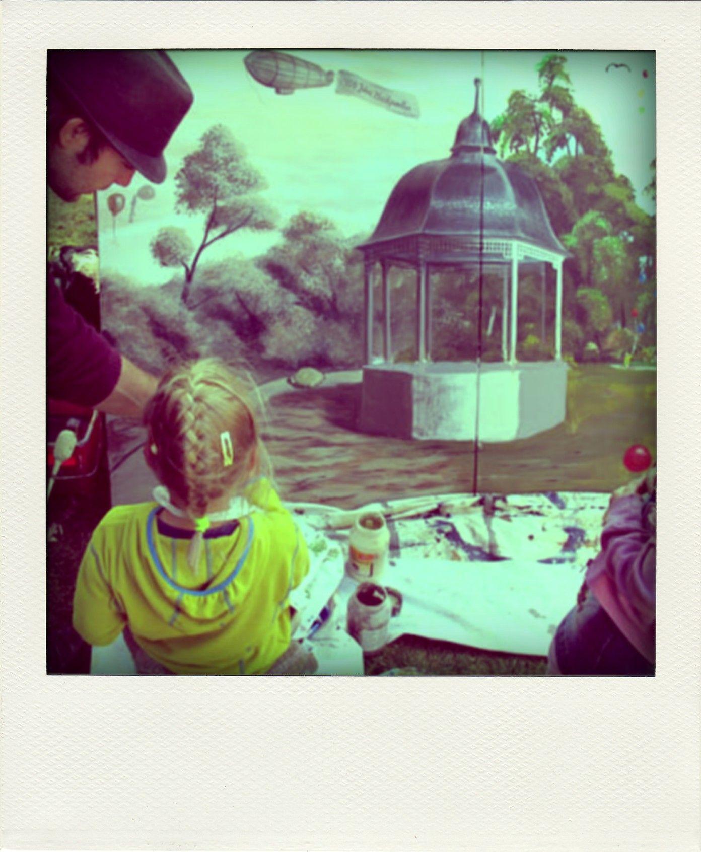 Musikpavillon in Leipzig, Kinder malen mit Künstler ein Kunstwerk im ...