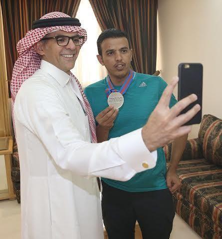 صحيفة سبق: لؤي ناظر يكرم الرامي عطالله العنزي ويشيد بإنجازه الأولمبي - الرياضة السعودية