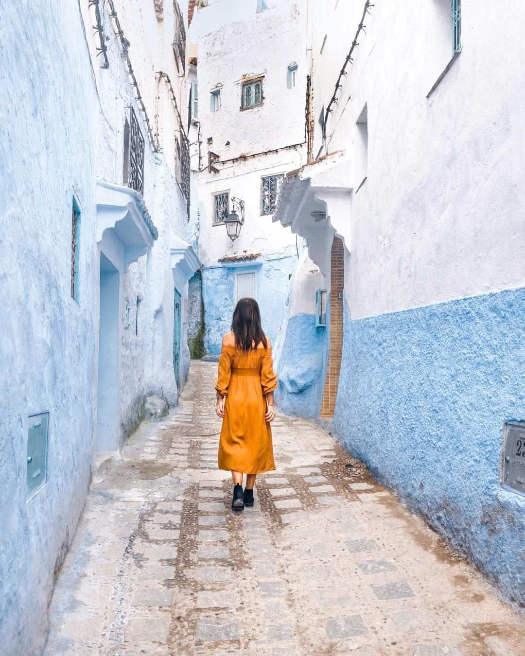Wandering through the gorgeous streets of Chefchaouene 💙 * * * * * #chefchaouen #bluepearl #blueeverything #morocco #morrocan…