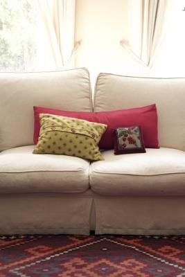 How To Clean A Microfiber Couch With Rubbing Alcohol Or Other Solutions Almofadas Reforma De Estofado Almofadas Sofa