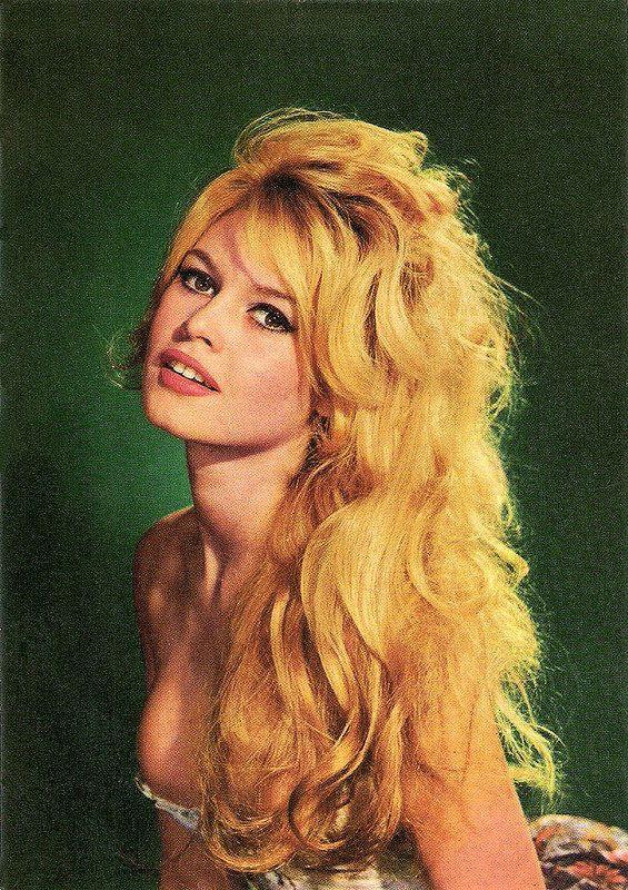 Brigitte Bardot. French postcard by Editions du Globe (EDUG), Paris, no. 28. Photo: Sam Lévin.