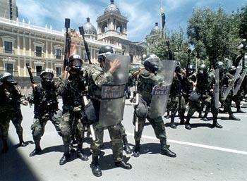 Los policías bolivianos de rangos bajos que están amotinados desde el jueves pasado rechazaron un acuerdo firmado ayer por sus representantes y el Gobierno de Evo Morales y mantienen sus protestas en reivindicación de mejores salarios. Ver más en: http://www.elpopular.com.ec/55568-policia-boliviana-continua-amotinada.html?preview=true_id=55568_nonce=0ce5b80094