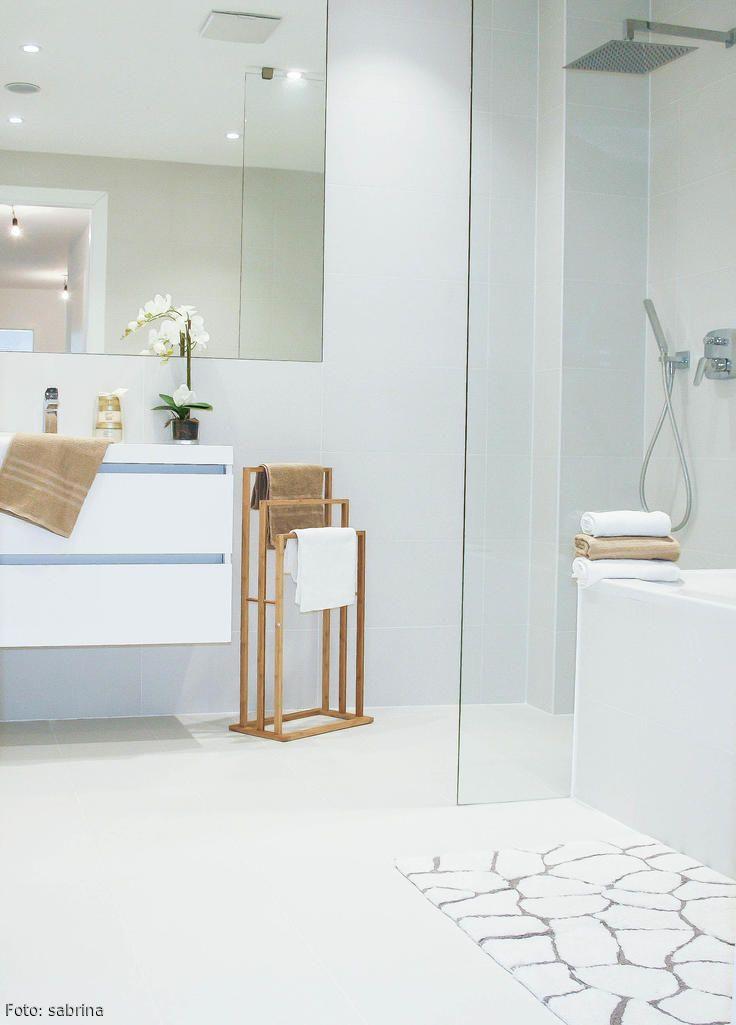 weies helles badezimmer mit stummem diener und bodengleicher dusche mehr auf roomidocom - Badematten Design Machen Ihr Badezimmer Mehr Stilvoll Und Komfortabel