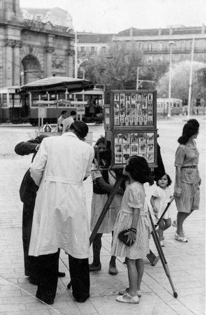 Fotógrafos Título Fotógrafo En La Puerta De Alcalá Fotos De Barcelona Archivo Fotografico Fotos Antiguas Madrid