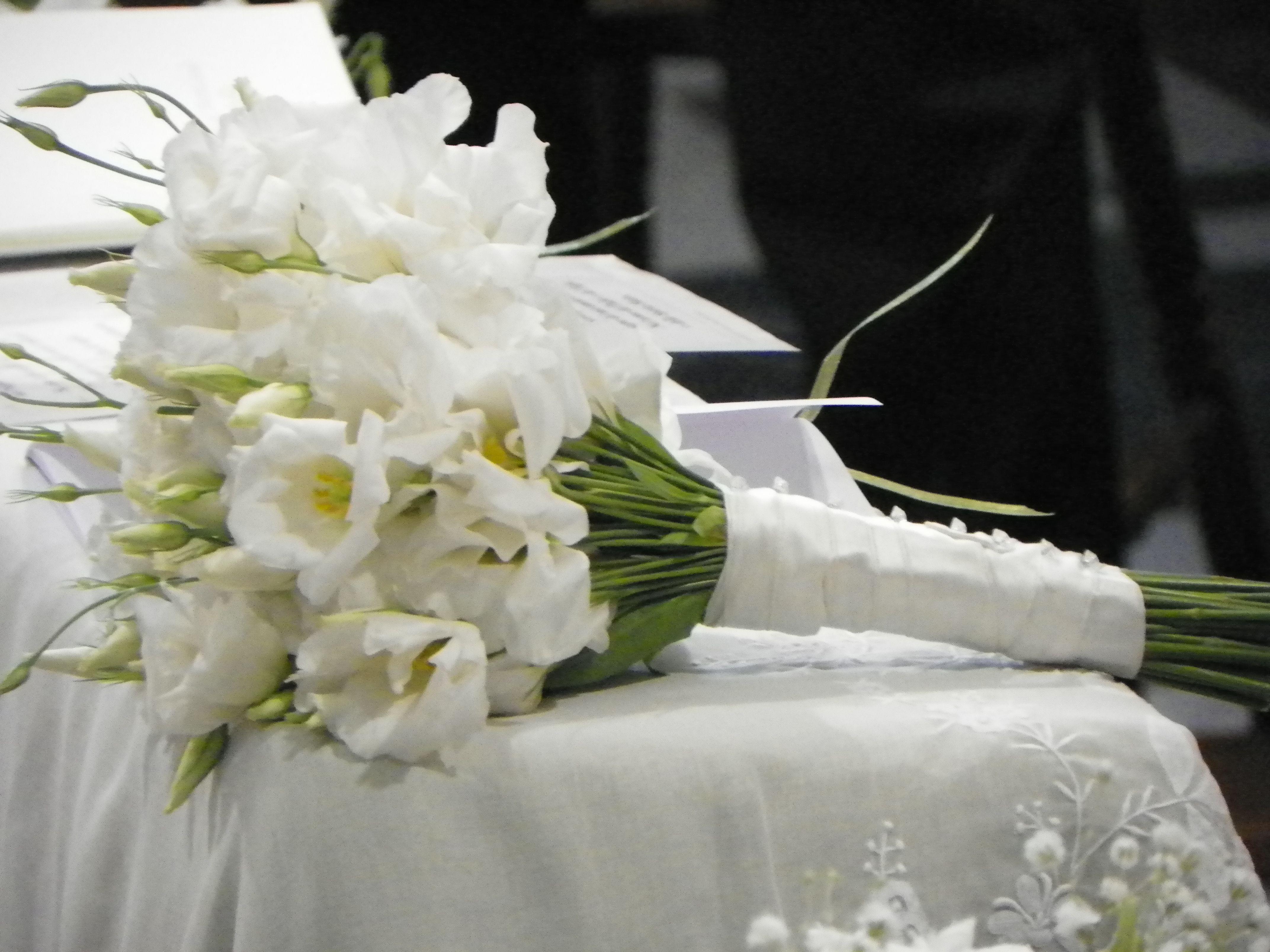 Bouquet Sposa Lisianthus.Per Una Giovane Sposa Economico Romantico Lisianthus Bouquet