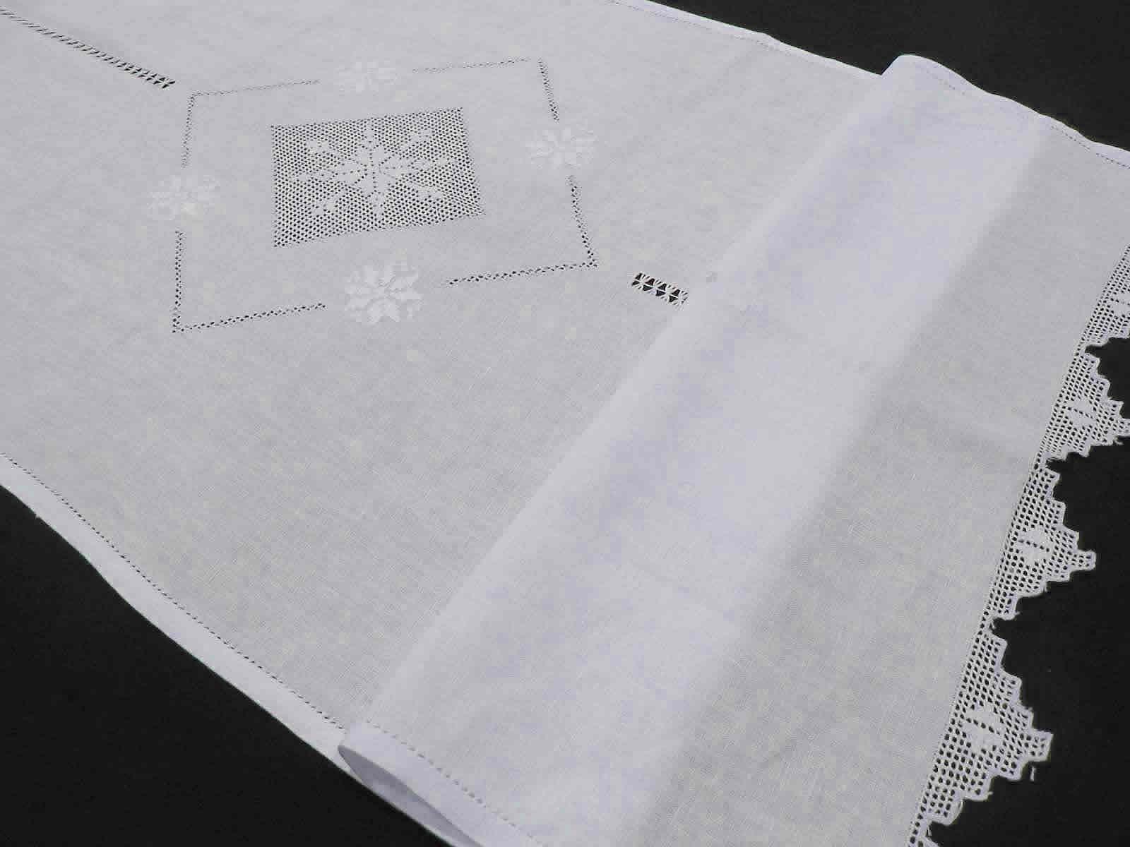 Cortina de Lino Grueso en blanco con un dibujo bodado en filtir de Rombos con vainica central y terminada en picos An siendo una corti