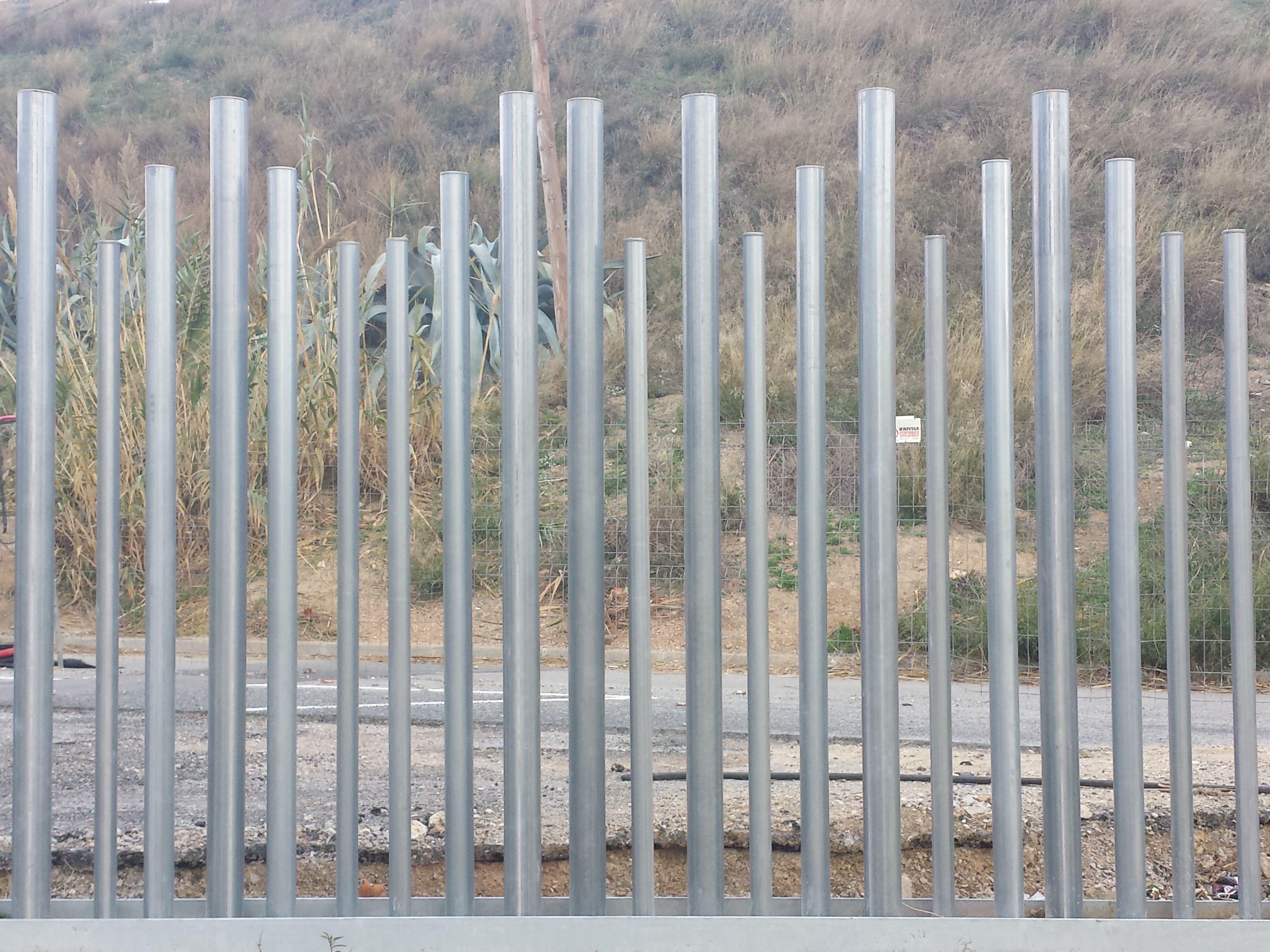 Verja empalizada con dise o residencial de tubos for Tubos de hierro rectangulares