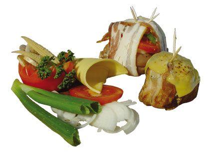 Schweinelende - Überraschungspäckchen. Zubereitung: Zunächst die zwei Scheiben Schinkenspeck überkreuz legen und die Scheibe Schweinelende in die Mitte darauf legen. Mit Salz und Pfeffer würzen. Erst die Zwiebel, dann die Tomate und die Paprikaschote auf die Schweinelende plazieren. Die Speckscheiben nach oben mit einem Zahnstocher feststecken.  Das Ganze direkt über die Tropfpfanne auf den Grillrost setzen und 55 Minuten grillen...
