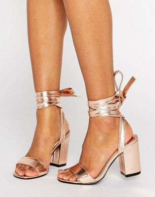 Park Lane - Sandali con tacco largo e nodo alla caviglia metallici