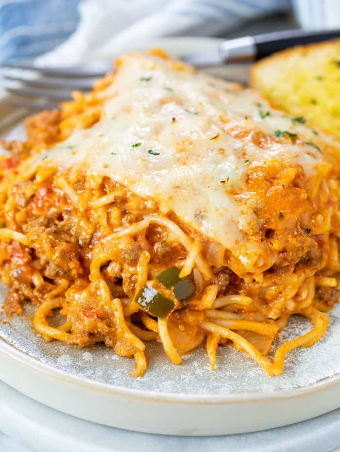 This Baked Spaghetti Recipe Is Easy To Make With Ground Beef Or Meatballs Marinara Sauce Ricot In 2020 Baked Spaghetti Spaghetti Recipes Easy Baked Spaghetti Recipe