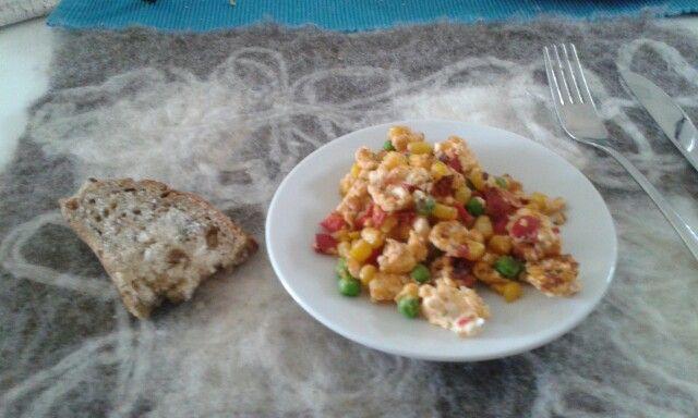 Syön sokerileipää ja munakasta kasviksilla♥%♡♥:-)