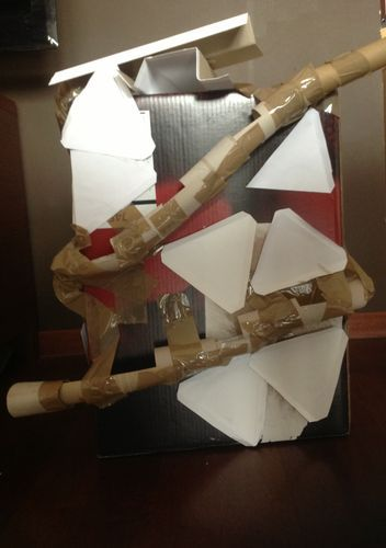 Niedawno wpadliśmy na genialny pomysł. Z zużytych papierów zbudowaliśmy……… roller coastera. Do tego użyliśmy:  rolek po papierze toaletowym( ok. 0,5 kilograma) zużytych kartek wielkiego pudła metalowych kulek mózgu  Połączyliśmy wszystko, i oto rezultaty: