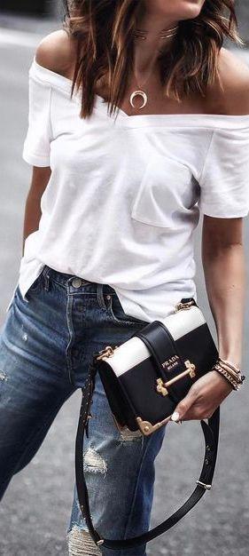 Look básico  camiseta branca gola v com ombros expostos + calça jeans  destroyed + bolsa clássica 41945f3256b86