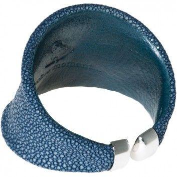 """Hochwertig verarbeitetes Rochenleder und eine außergewöhnliche Form machen diesen blauen Armreif zu einem Schmuckstück der besonderen Art. Er besticht durch seinen eleganten Charme. Qualität und Leidenschaft von """"A Cuckoo Moment""""."""
