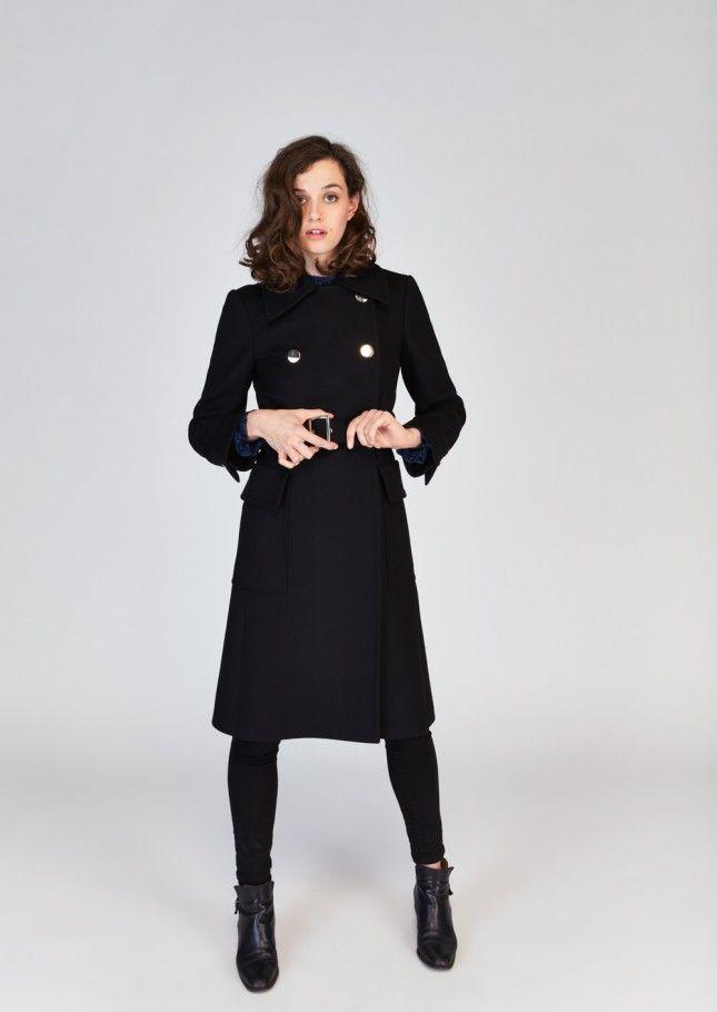 Femme De Luxe Dans Le Long Manteau Noir Sur La Piste Image