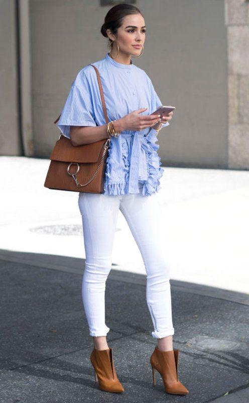 c4529cf512 Tu guía para lucir denim blanco  blusa de rayas azules con volantes