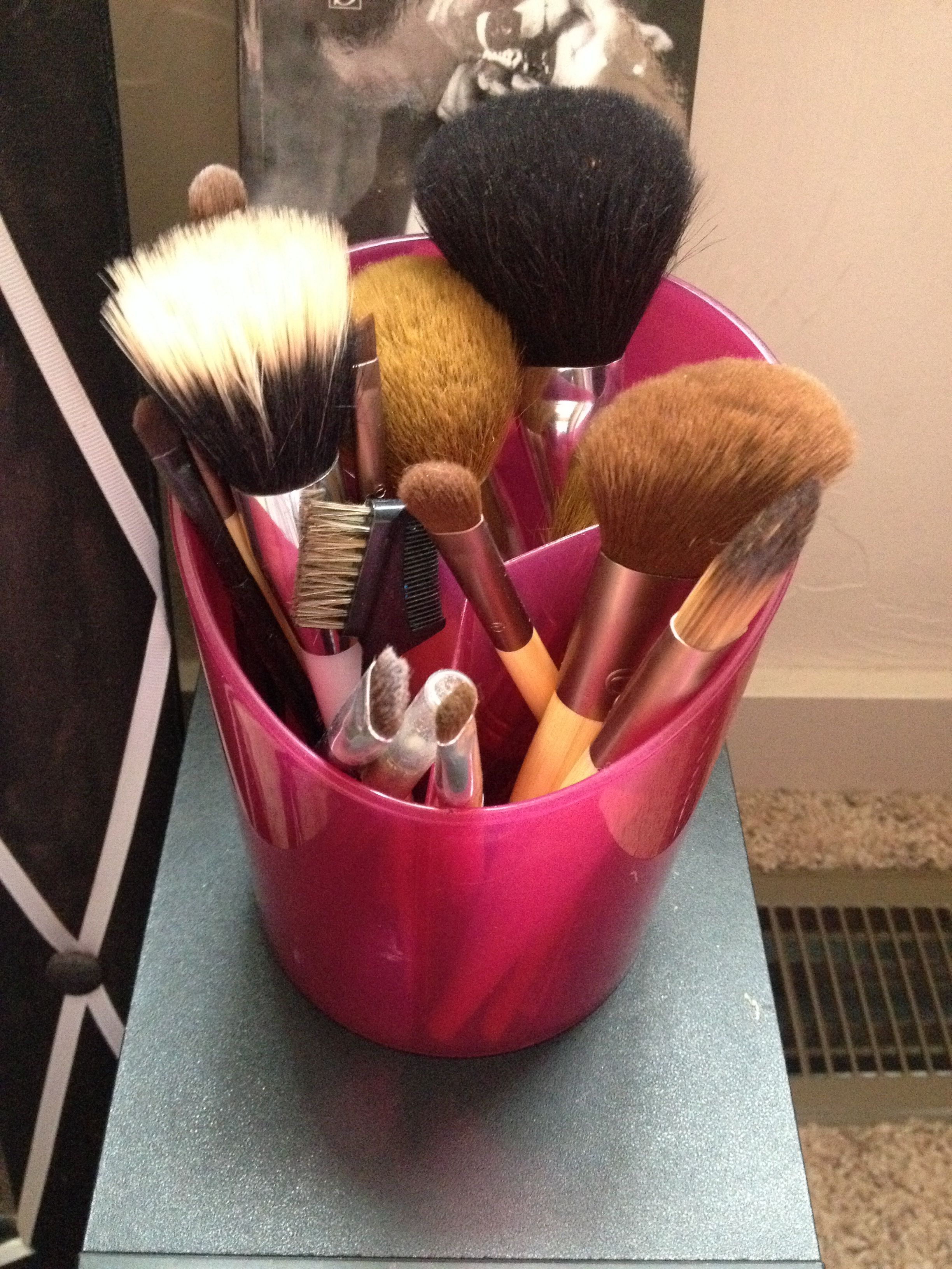 Cute and easy ways to organize makeup brushes is with a