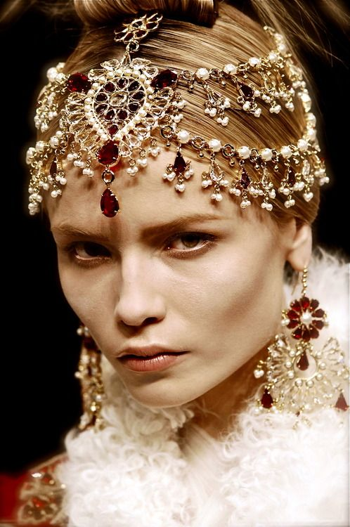 hugo-moss:  Natasha Poly at Alexander McQueen 2008- The Girl who lived in the Tree