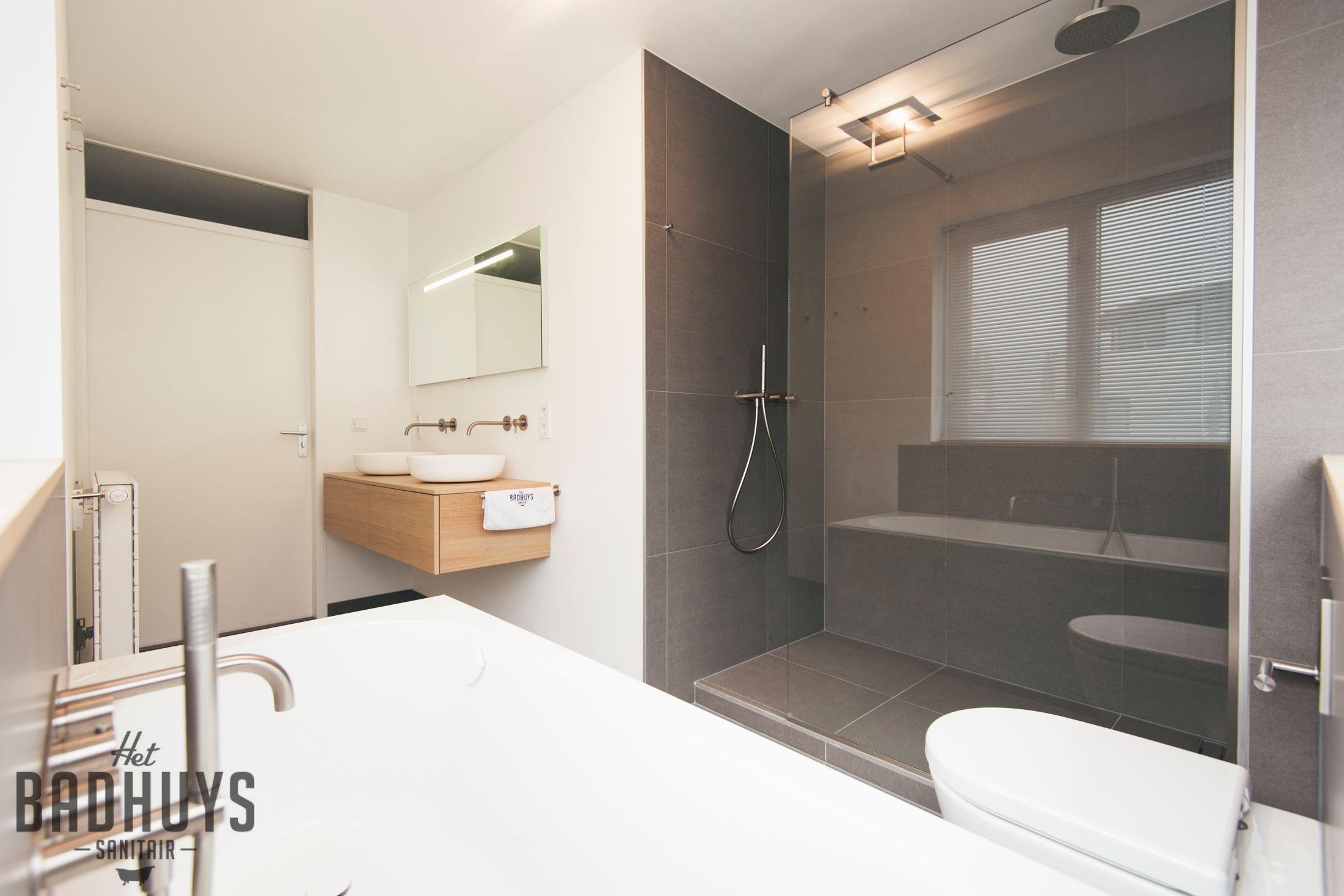Moderne badkamer met inloopdouche en wastafel op maat | Het Badhuys ...