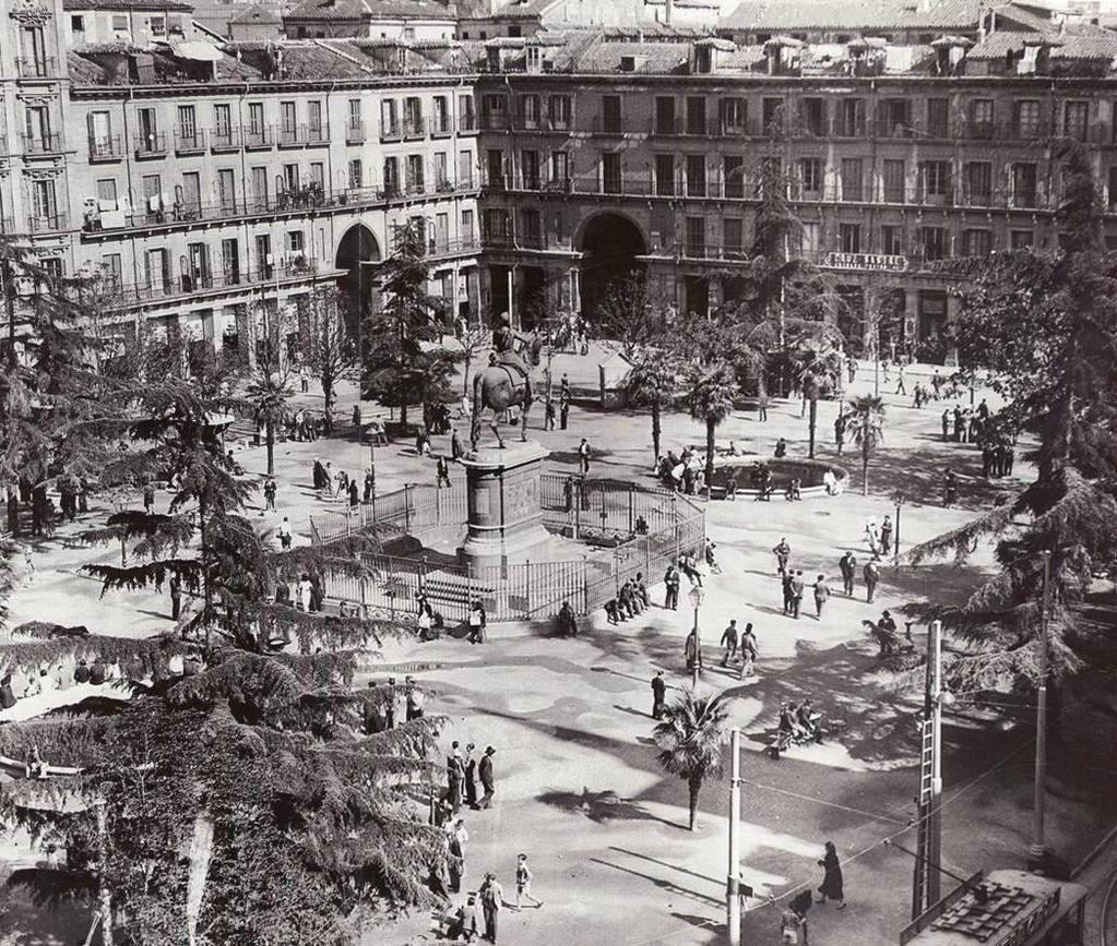 Tal día como hoy, de 1985, la Plaza Mayor de #Madrid es declarada monumento histórico-artístico. (Foto de 1935)