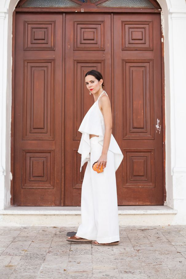 A great, all white summer look! Big earrings and a pop of red lips smarten the outfit up for evening