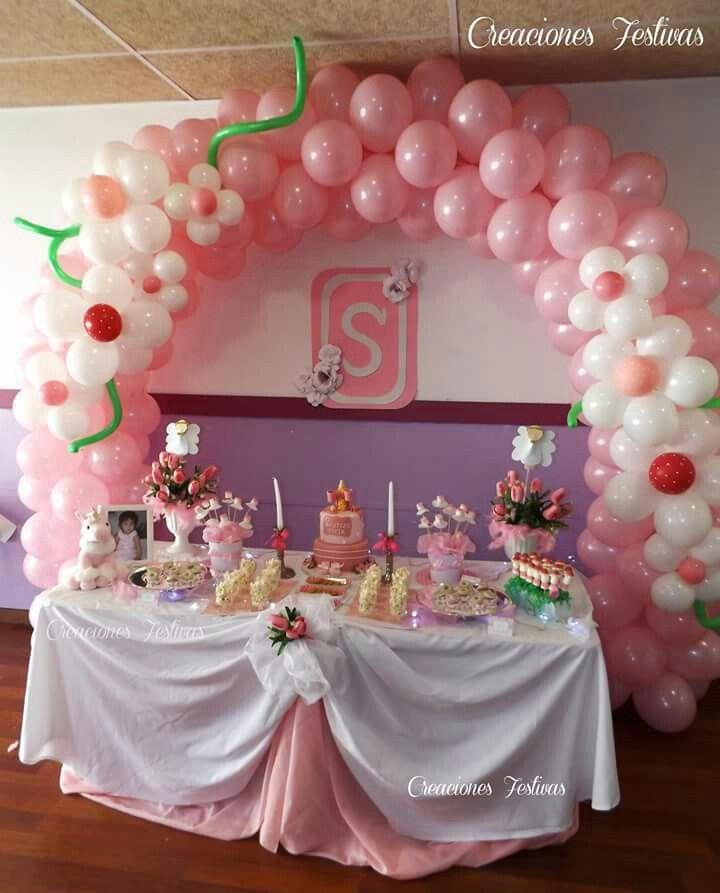 Arco de globos con flores en rosado y blanco bautizo de - Decoracion para bautizo de nino y nina ...