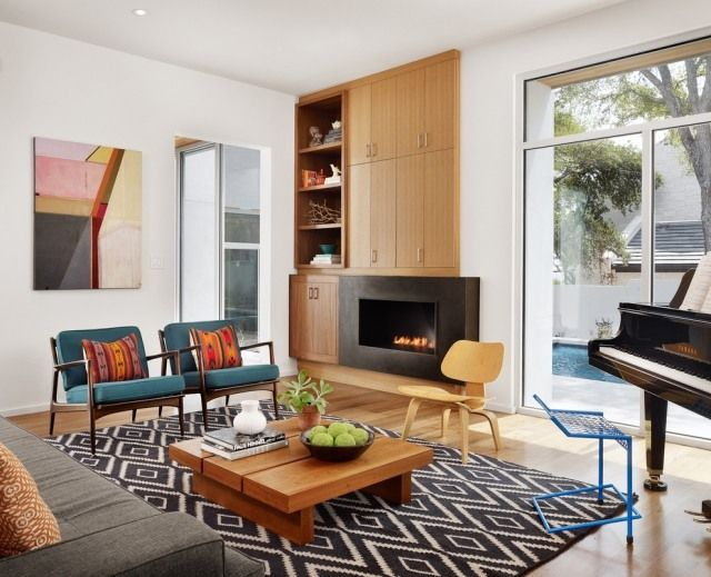 wohnzimmer retro holzmöbel kamin teppich rautenmuster schwarz weiß - gardinen modern wohnzimmer schwarz weis