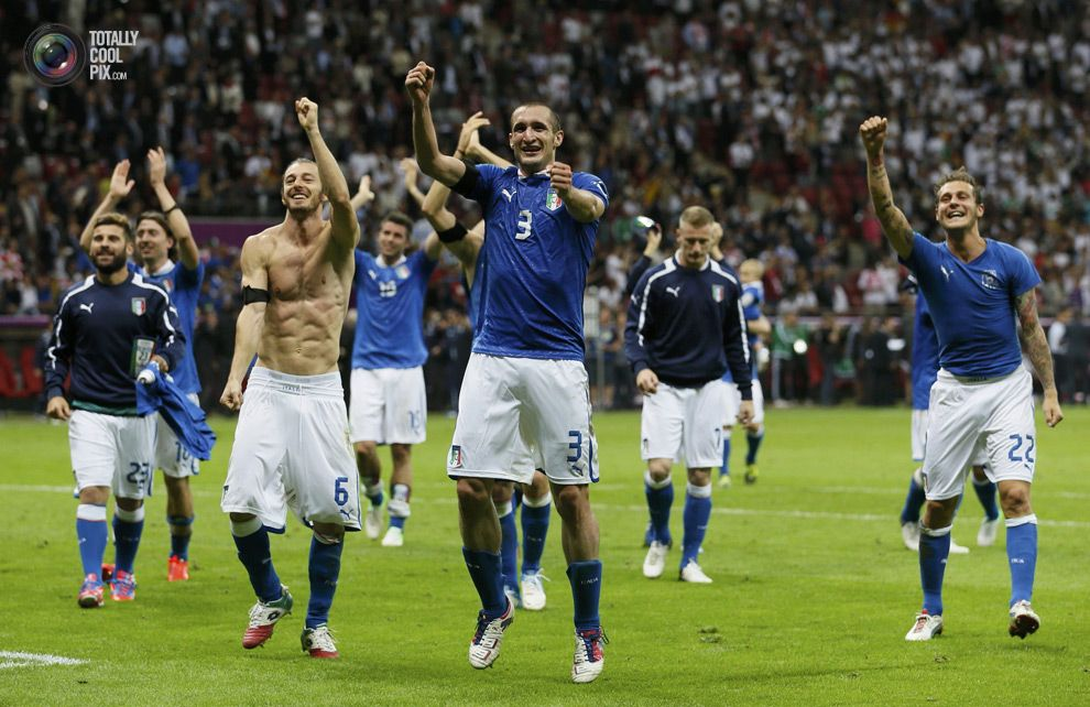 Italy's Nocerino, Balzaretti, Chiellini and Diamanti with the team mates celebrate victory over Germany during their Euro 2012 semi-final soccer match at National Stadium in Warsaw. PASCAL LAUENER/REUTERS