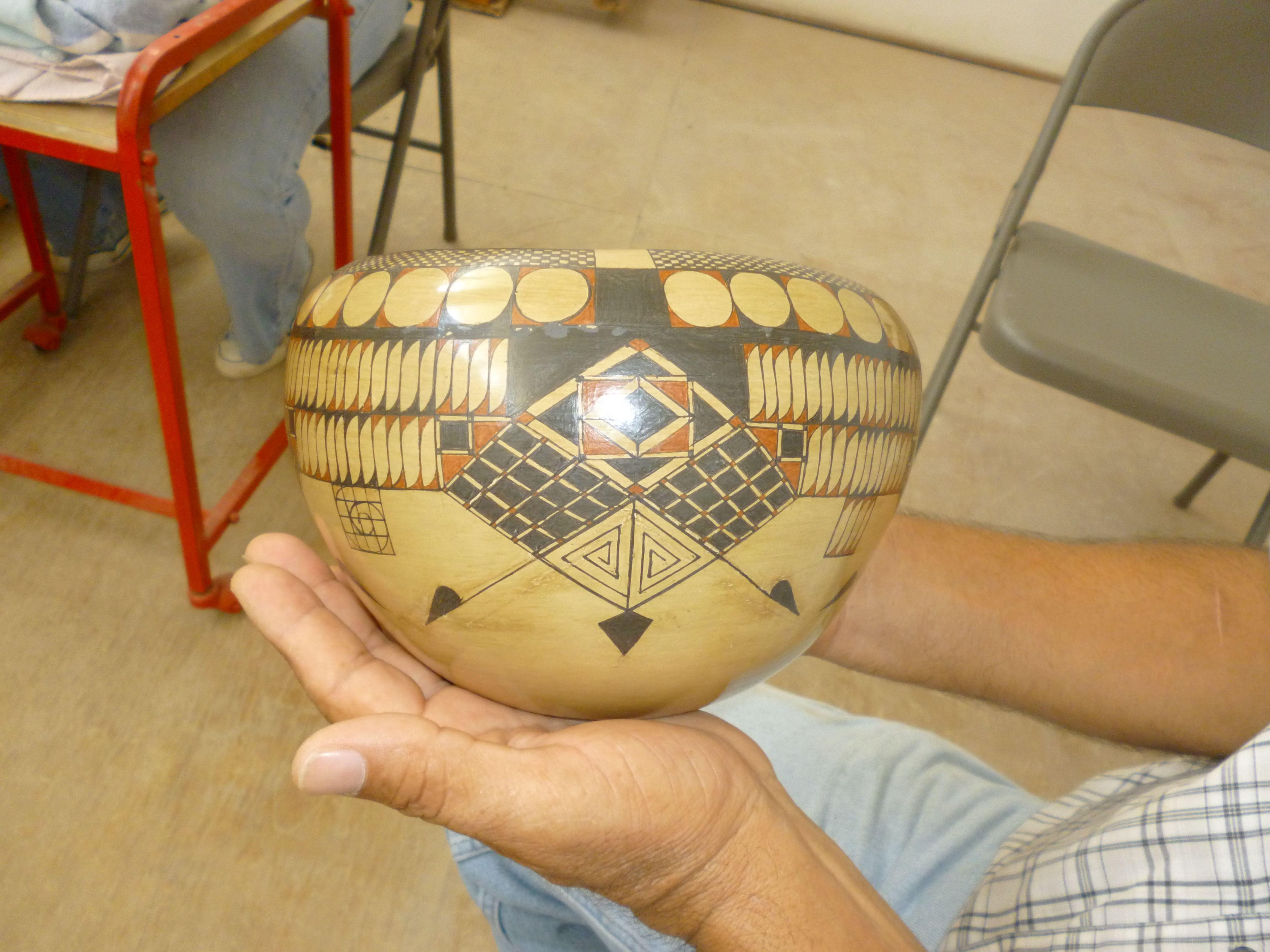 Olla de cerámica Mata Ortiz de la ceramista cancunense Teresa Cervantes, del Taller de cerámica Paquimé del Maestro Eusebio Ortega, en Cancún, Quintana Roo, México.