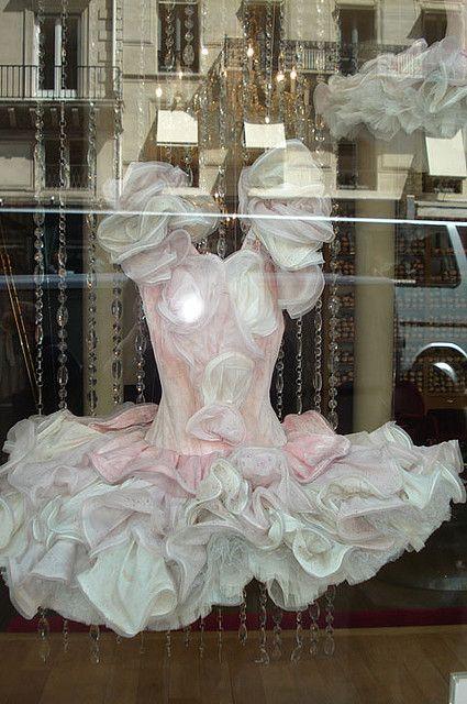 une vitrine d'une boutique à Paris