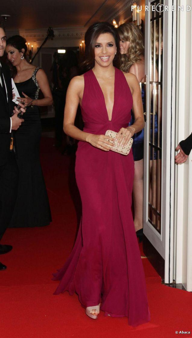 Eva Longoria escolheu o Burgundy para o look noite