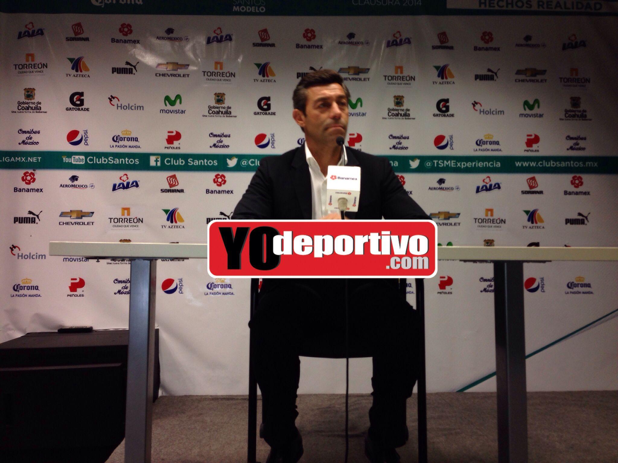 Pedro Caixinha dando la rueda de prensa correspondiente al Santos va Pachuca