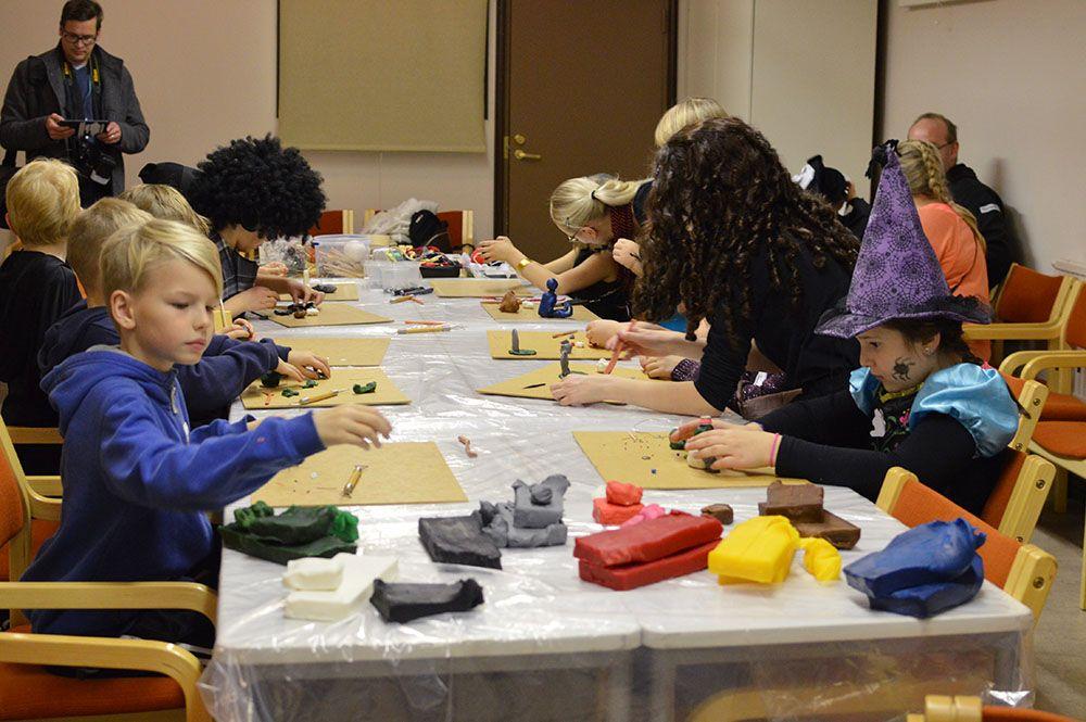 Lasten lisäksi myös osa aikuisista museovieraista innostui taiteilemaan zombeja. Luuppi, Oulu (Finland)