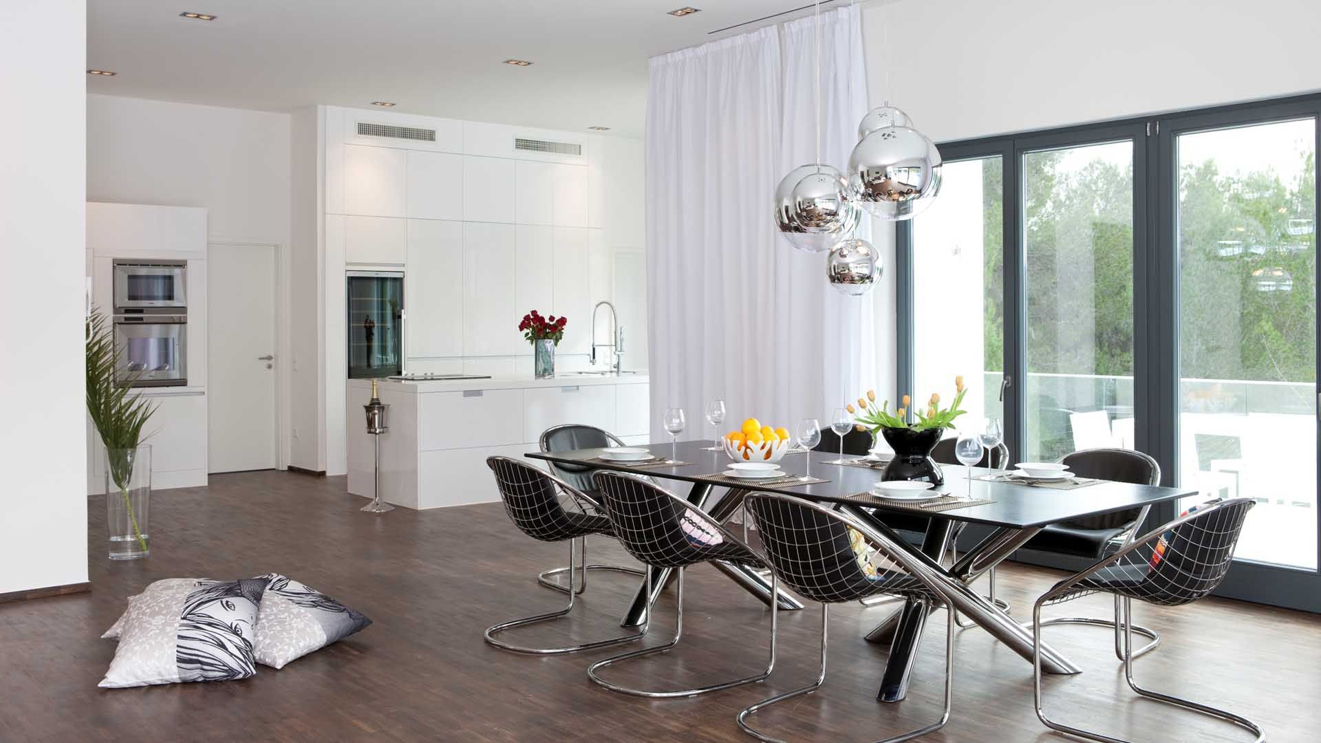 Modern black and white dining room - Astonishing Triple Silver Balls Pendant Dining Light Over Long Modern Dining Table And Unique Chrome Base