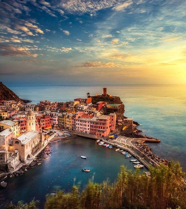 Cinque Terre!  De Cinque Terre bestaat uit vijf dorpjes langs de Italiaanse kust vlak bij La Spezia in Ligurië in Italië.  De dorpen zijn in 1997 opgenomen in de Werelderfgoedlijst van UNESCO. Het gebied is moeilijk bereikbaar met de auto langs de steile kust. Er loopt een wandelpad dat de vijf dorpjes met elkaar verbindt, waarvan het deel tussen Riomaggiore en Manarola bekend staat als de Via dell'Amore.   Ook worden de dorpen met elkaar verbonden door een spoorlijn die onderdeel is van de ...