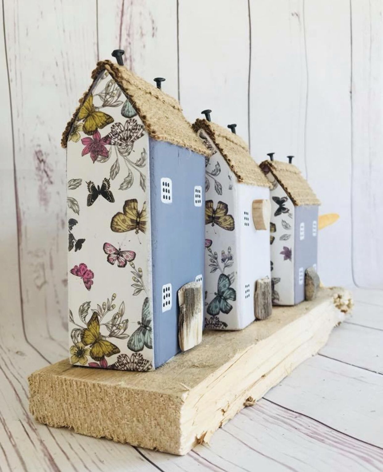 Pin By Katalin Nagyhazi On Decoracio Small Wooden House House Ornaments Driftwood Crafts