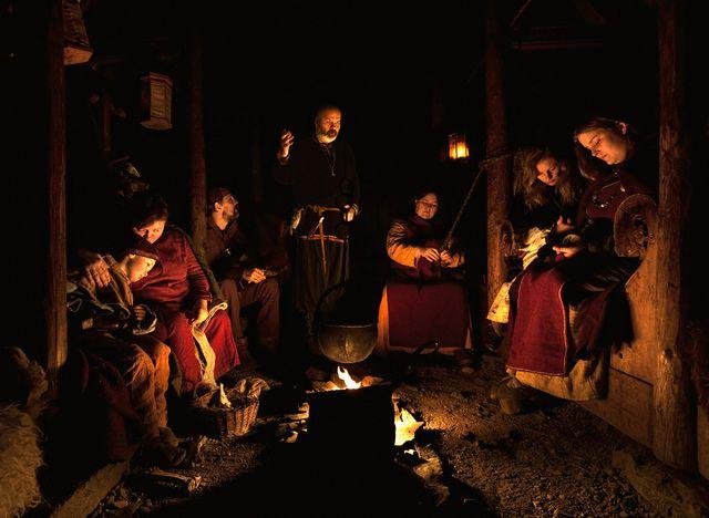 Het sfeervolle licht van een kampvuur is een mooie plaats om In Spel liederen en verhalen te delen. Hier komen onze fictieve werelden vaak echt tot leven.