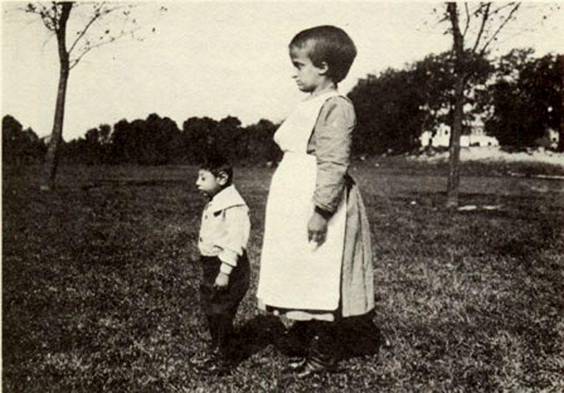 """Mentally retarded persons in an institution. Lewis H. Hine, New Jersey 1924. - """"Je congédie tout savoir, toute culture ... je ne vois que l'immense col Danton du gosse, la poupée au doigt de la fille ..."""" (p. 83) --- """"Ich lasse alles Wissen, alle Kultur hinter mir ... ich sehe nur den riesigen Schillerkragen des Jungen, den Verband am Finger des Mädchens ..."""""""