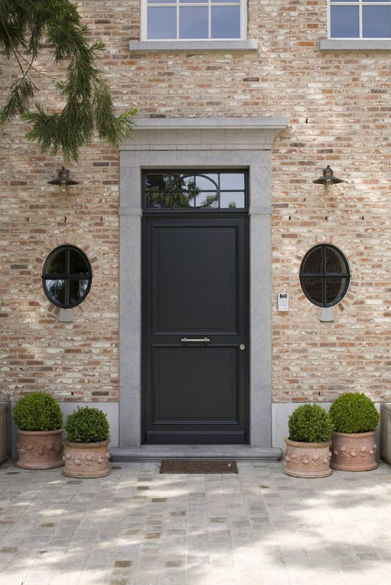 Zwart is elegant ! Pastorij deur en ovaal ramen met kruishout - pose d une porte d entree