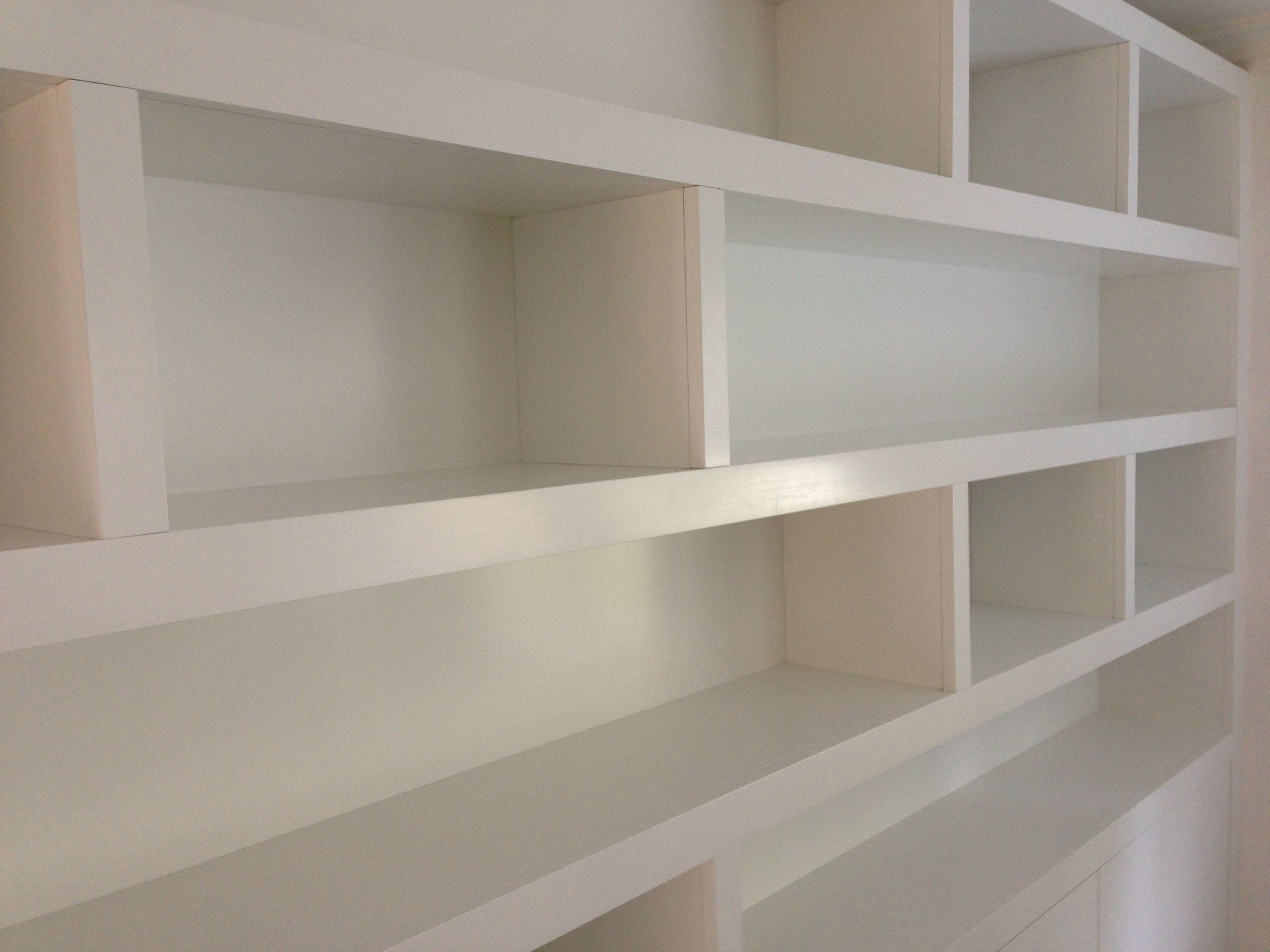 Moderne boekenkast met dikkere stijlen van 8 cm dik. Uitgevoerd in ...
