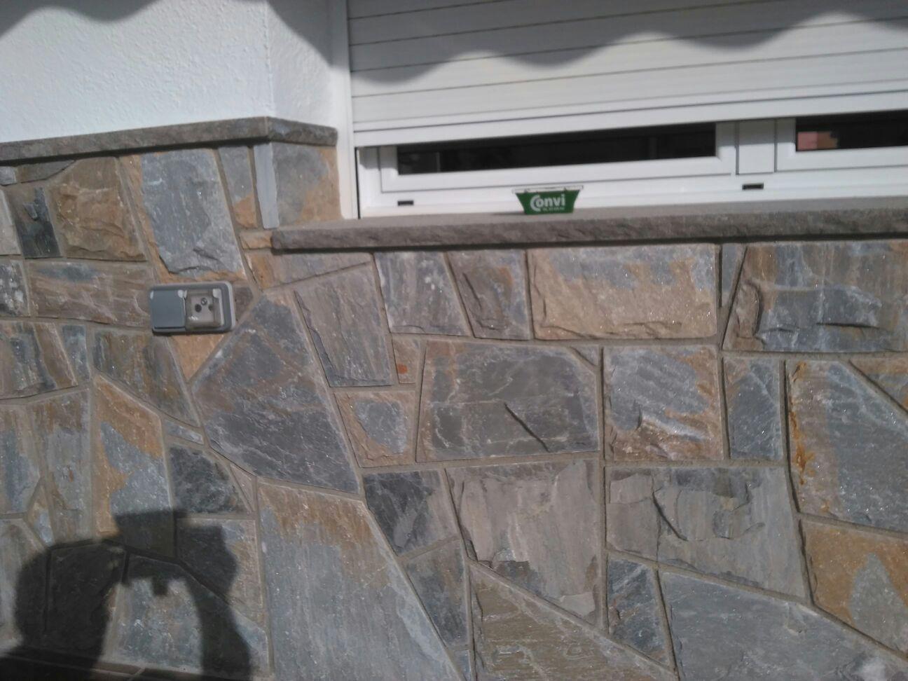 revestimiento de pared en piedra natural , piedra natural , fachada de piedra , pared de piedra .