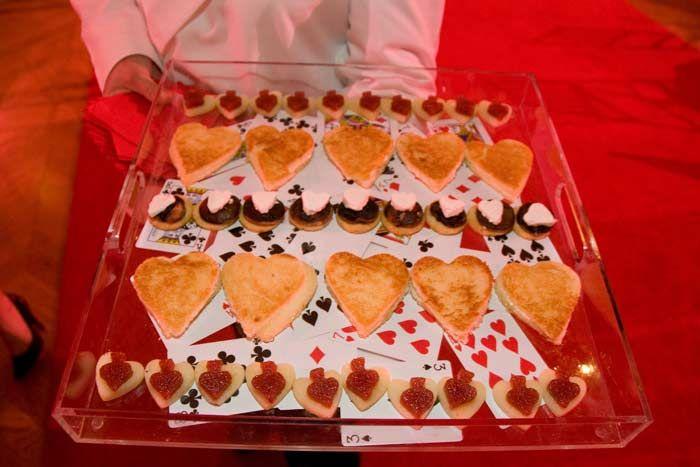 Lors de la réception au Ballet gala Washington, serveurs servis sandwichs de thé en forme de cœur, de bêches et de diamants