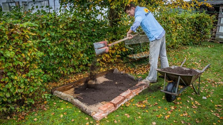 Mit Einem Spaten Verteilt Peter Rasch Kompost Auf Dem Beet In 2020 Beet Anlegen Rasen Anlegen Blumenbeet Anlegen
