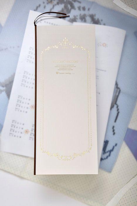 ゴールドの文字に焦げ茶色の綴じひもが正統派な印象 クラシカルな白の席次表一覧 結婚式の席次表まとめ 画像あり 席次表 席次 メッセージ